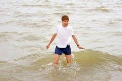 Tiener in het water Royalty-vrije Stock Afbeelding