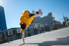 Tiener heup-hop meisje dat over stadslandschap danst Stock Fotografie