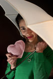 Tiener holding een hart onder paraplu Royalty-vrije Stock Foto