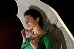 Tiener holding een hart onder paraplu Royalty-vrije Stock Foto's