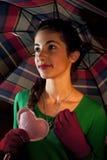 Tiener holding een hart onder paraplu Stock Foto's