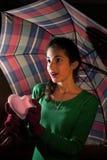 Tiener holding een hart onder paraplu Royalty-vrije Stock Afbeeldingen
