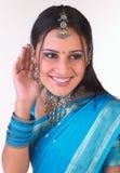 Tiener Indisch meisje dat probeert te horen royalty-vrije stock afbeeldingen