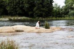 Tiener Kaukasische Vrouw Openlucht het Knielen Witte Maillotten Royalty-vrije Stock Foto