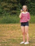 Tiener meisje-Blazende bellen Royalty-vrije Stock Afbeelding