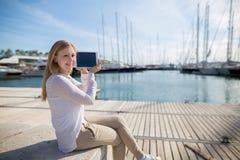 Tiener met digitale tablet openlucht Stock Foto's