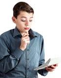 Tiener met een in hand pen Tiener met een tellende machine in zijn hand Het geldzaken van de schooljongen Mooie persoon Jonge men Royalty-vrije Stock Fotografie