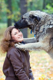 Tiener met een hond Royalty-vrije Stock Foto's