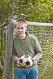 Tiener met een voetbal Stock Afbeeldingen