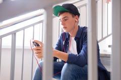 Tiener met gadget Royalty-vrije Stock Foto's