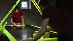 Tiener met het hockeyspel van de mensen speellucht stock footage