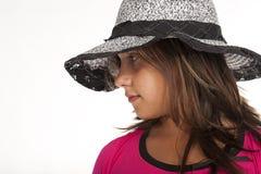 Tiener met hoedenstudio stock afbeelding