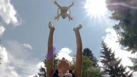 Tiener met hommel die aan de hemel in de zomer vliegen stock video
