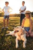 Tiener met hond stock foto's