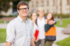 Tiener met klasgenoten op de rug royalty-vrije stock afbeelding