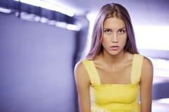 Tiener met lang blonde haar Royalty-vrije Stock Foto's