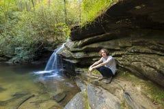Tiener met lang haar in bos Royalty-vrije Stock Afbeeldingen