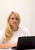 Tiener met laptop computer Stock Fotografie
