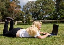 Tiener met laptop computer Stock Foto's