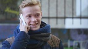 Tiener met mobiele telefoon en glimlach stock video