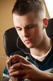 Tiener met oortelefoons stock fotografie