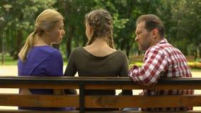 Tiener met ouders in park ruzie maken en dochter die, conflict weggaan stock footage