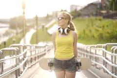 Tiener met skateboard Stock Fotografie