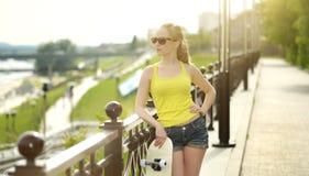 Tiener met skateboard Stock Afbeelding
