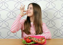 Tiener met smakelijke sandwich en o.k. handteken stock foto