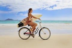 Tiener met surfplank en fiets Royalty-vrije Stock Afbeeldingen