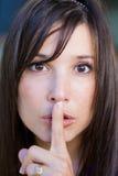 Tiener met vinger op lippen stock foto's