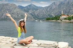 Tiener met zeemanshoed en handen omhoog op de zomervacati stock foto's
