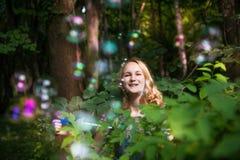 Tiener met zeepbels royalty-vrije stock afbeelding