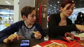 Tiener met Zuster in Snel Voedsel stock videobeelden
