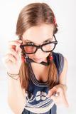 Tiener nerdy meisje die iemand weg vertellen Stock Afbeelding
