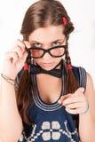 Tiener nerdy meisje die iemand weg vertellen Royalty-vrije Stock Afbeeldingen