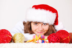 Tiener onder de ballen van Kerstmis stock fotografie