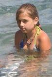 Tiener onder golven in een overzees (2) Stock Foto