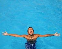 Tiener ontspannen open de wapens blauw zwembad van de jongen Royalty-vrije Stock Foto's