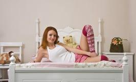 Tiener op bed Stock Afbeeldingen