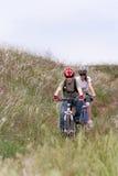 Tiener op de bergfiets Stock Fotografie