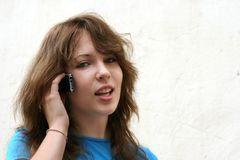 Tiener op de telefoon Stock Foto's