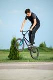 Tiener op een fiets Stock Afbeeldingen