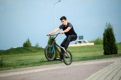 Tiener op een fiets Stock Fotografie