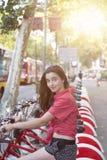 Tiener op een fiets in Barcelona stock afbeelding