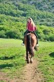 Tiener op een paard Stock Afbeeldingen