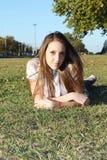 Tiener op het gras Royalty-vrije Stock Afbeelding