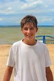 Tiener op het strand Royalty-vrije Stock Afbeeldingen