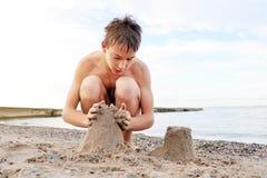 Tiener op het strand royalty-vrije stock foto