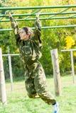 Tiener op klimrek in relais Stock Fotografie